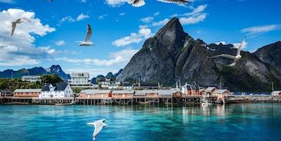 Lofoten er en skjærgård i Nordland, Norge. Er kjent for en særegen natur med dramatiske fjell og topper, åpent hav og skjermede bukter, strender og urørte landområder.