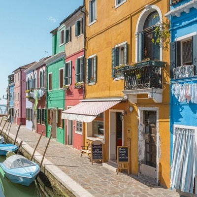 Venezia landemerke, Burano øykanal, fargerike hus og båter, Italia, Europa