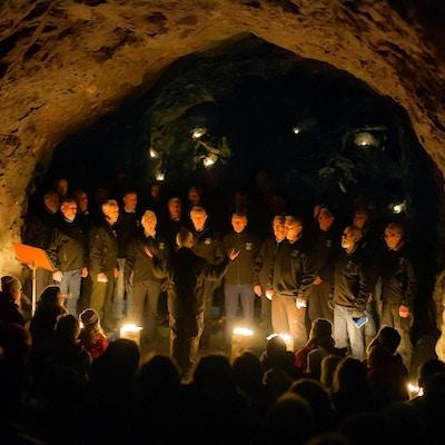 Mannskor i en grotte holder konsert.