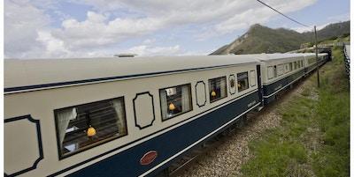 Eksteriør av tog med lamper i vinduet.