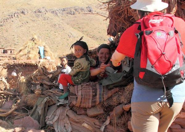 Turist deler ut sjokolade til lokalbefolkningen.