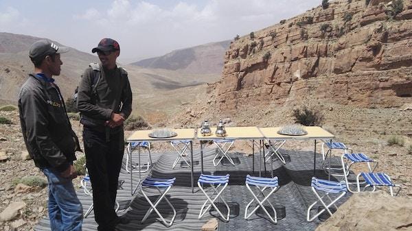 Bord med Marokkansk te ved fjellene i Marokko.
