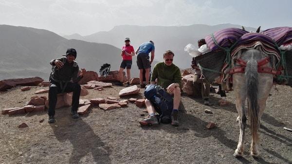 Mennesker tar en pause i fjellene i Marokko.