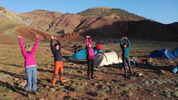 Morgenyoga i teltleir i Marokko.