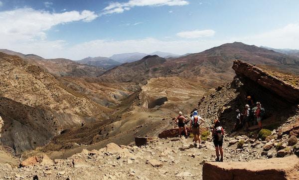 Mennesker er på utsikten i fjellene, Marokko.