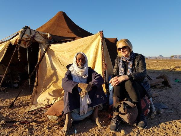 Mann utenfor telt i Marokko.
