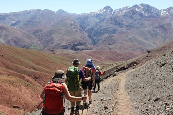 Mennesker på fottur i fjellet, Marokko.
