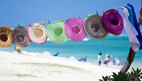 Solhatter på strand på Mauritius.