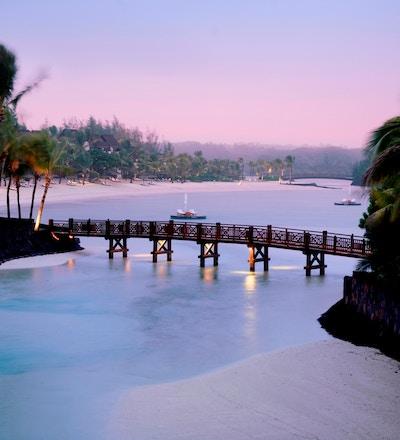 Bro ved strand på Mauritius.