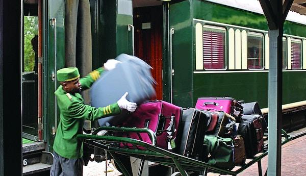 Mann som jobber på Rovos Rail i Sør Afrika.