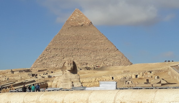 Mennesker ved en pyramide i Egypt.