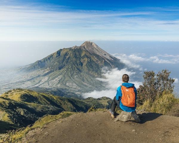 Utsikt mot Merapi fra toppen av Merbabu, Indonesia.