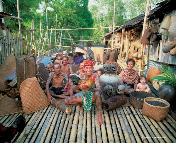 Iban-stammefolk på Borneo.