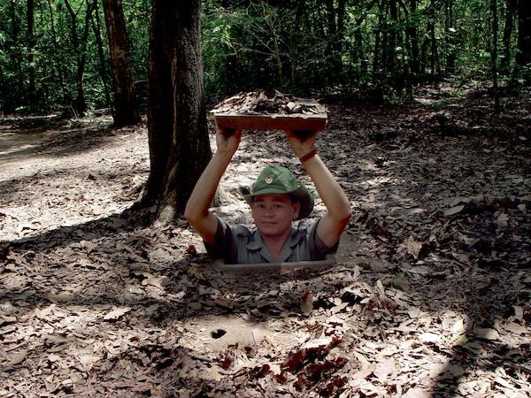 Mann i tunnel i Vietnam.