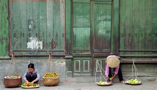 Kvinner selger frukt i Vietnam, Asia.