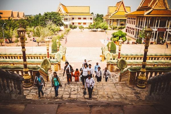 Mennesker går i tapper i Wat Hanchey i Kambodsja.