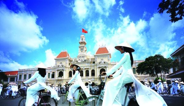 Kvinner på sykkel i Vietnam.