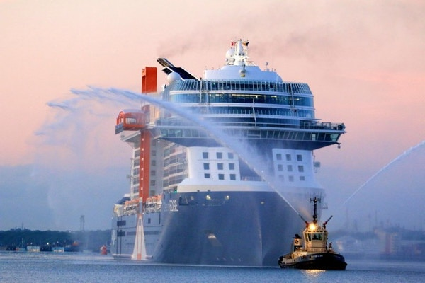 Cruiseskipet Celebrity Apex legger ut fra kai.