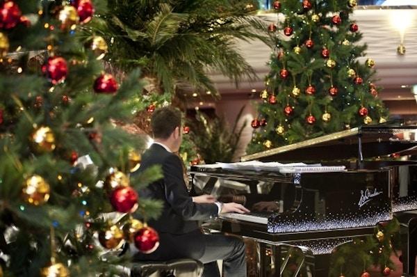 Mann spiller piano på MSC Poesia