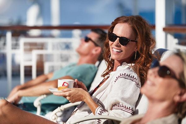 mennesker på dekk på cruiseskip.