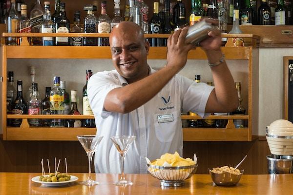 Bartender på M/S Panorama II mikser drinker.