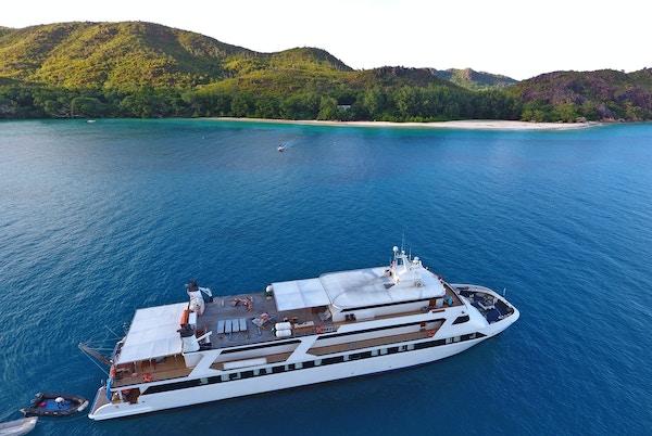Cruiseskip på havet utenfor Seychellene.