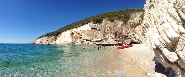 Mennesker bader på en strand i Albania.