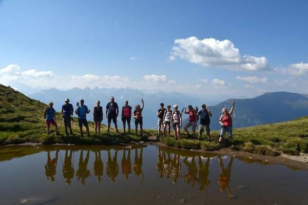 Turister på tur i alpene.