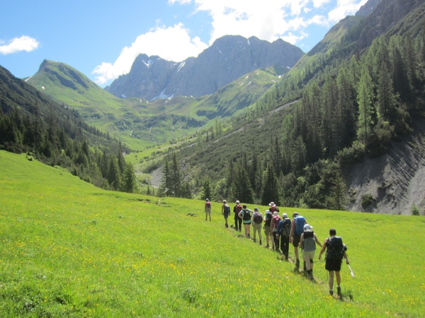 Mennesker på vandring i alpene.
