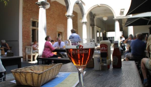 Belgisk øl på bord på kafe.