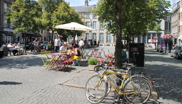 Sykler ved uterestaurant i Belgia.