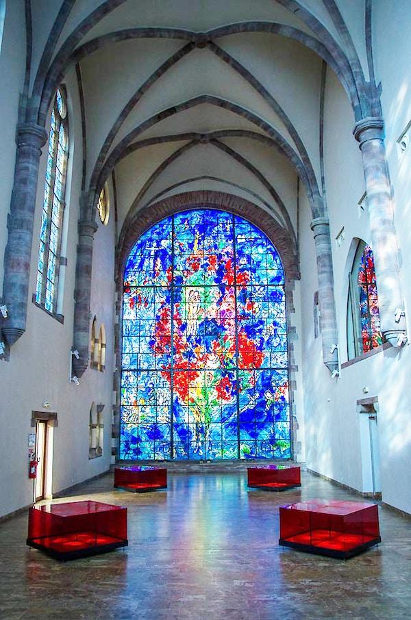 Glassmaleri av Chagall i kapellet i Sarrebourg