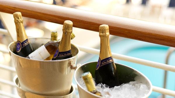 Champagneflasker i vinkjøler.