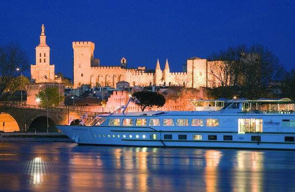 Cruisebåt på elven ved Pavepalasset i Avignon.