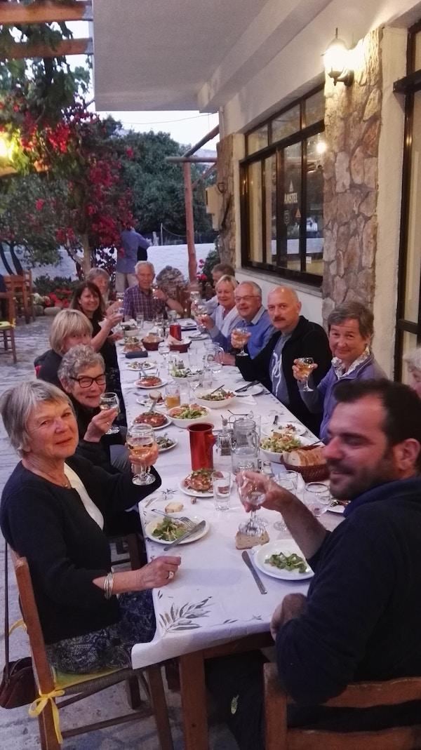 Mennesker spiser rundt et bord, Kreta.