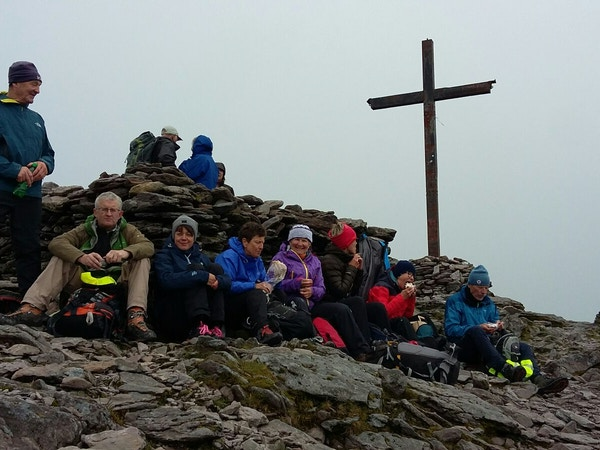 Mennesker på Carrountoohill 1040 moh., Irland.