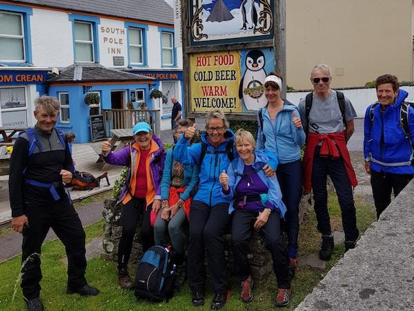 Turister utenfor en pub, Irland.
