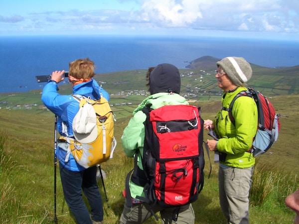 Turister tar bilder på vandring i Irland.
