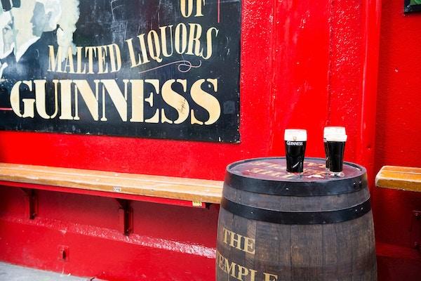 Guinness på en tønne utenfor en pub, Irland.