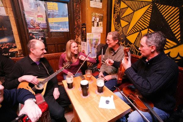 To menn spiller musikk på en pub i Dublin, Irland.