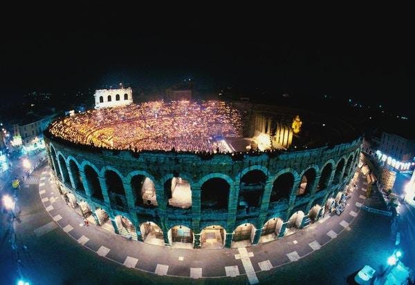 Arena di Verona lyser opp i mørket.