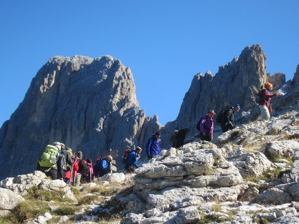 Mennesker på fjelltur i Dolomittene.
