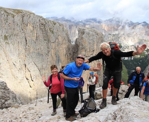 Turister på fottur i Dolomittene.