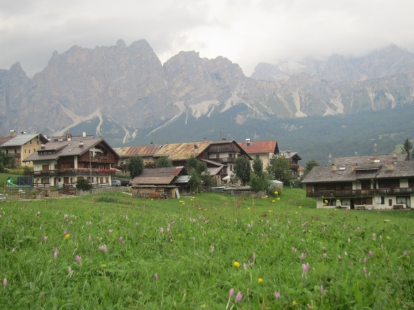Alpeby i Dolomittene, Italia.