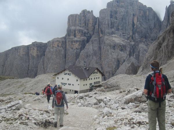 Mennesker på vei til hytte i Dolomittene.