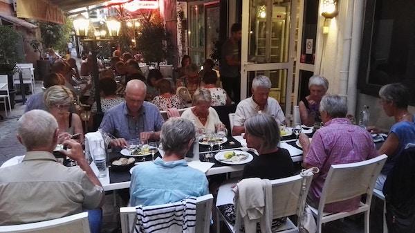 Mennesker på restaurant på Korsika..
