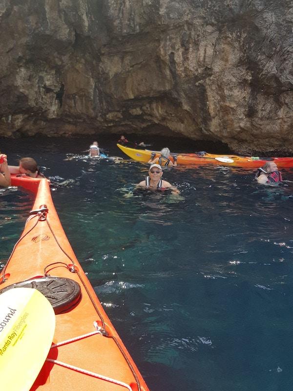 Mennesker bader i grotte i Kroatia.