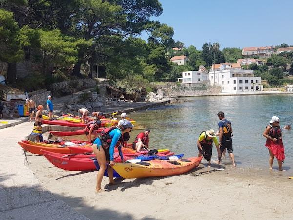 Mennesker på padletur i Kroatia.