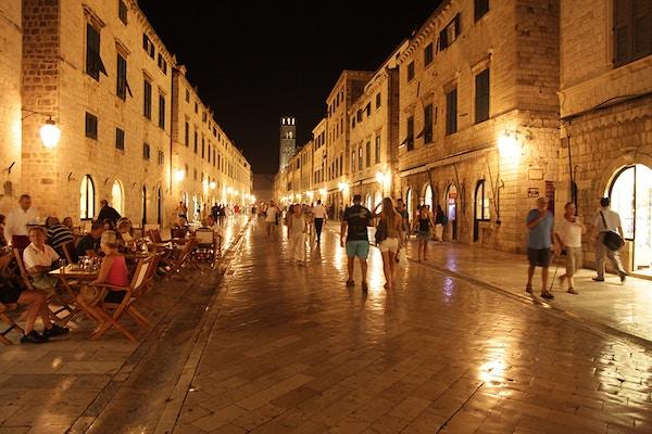 Gate i Dubrovnik om kvelden.