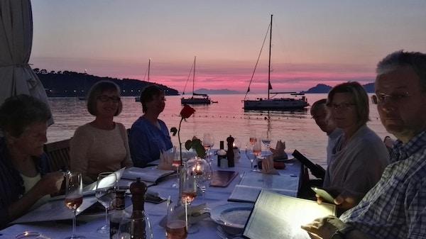 Mennesker rundt et bord på restaurant i Kroatia.